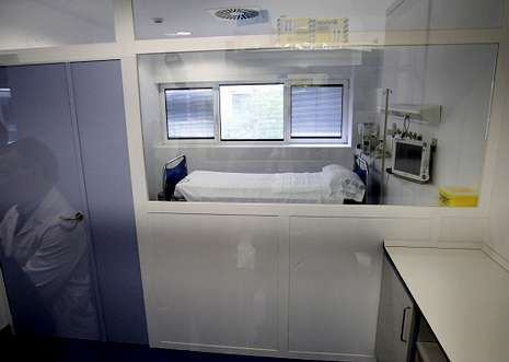 La crisis del ébola, en imágenes.Esta es la habitación de aislamiento del Meixoeiro donde se ingresarían los posibles casos.
