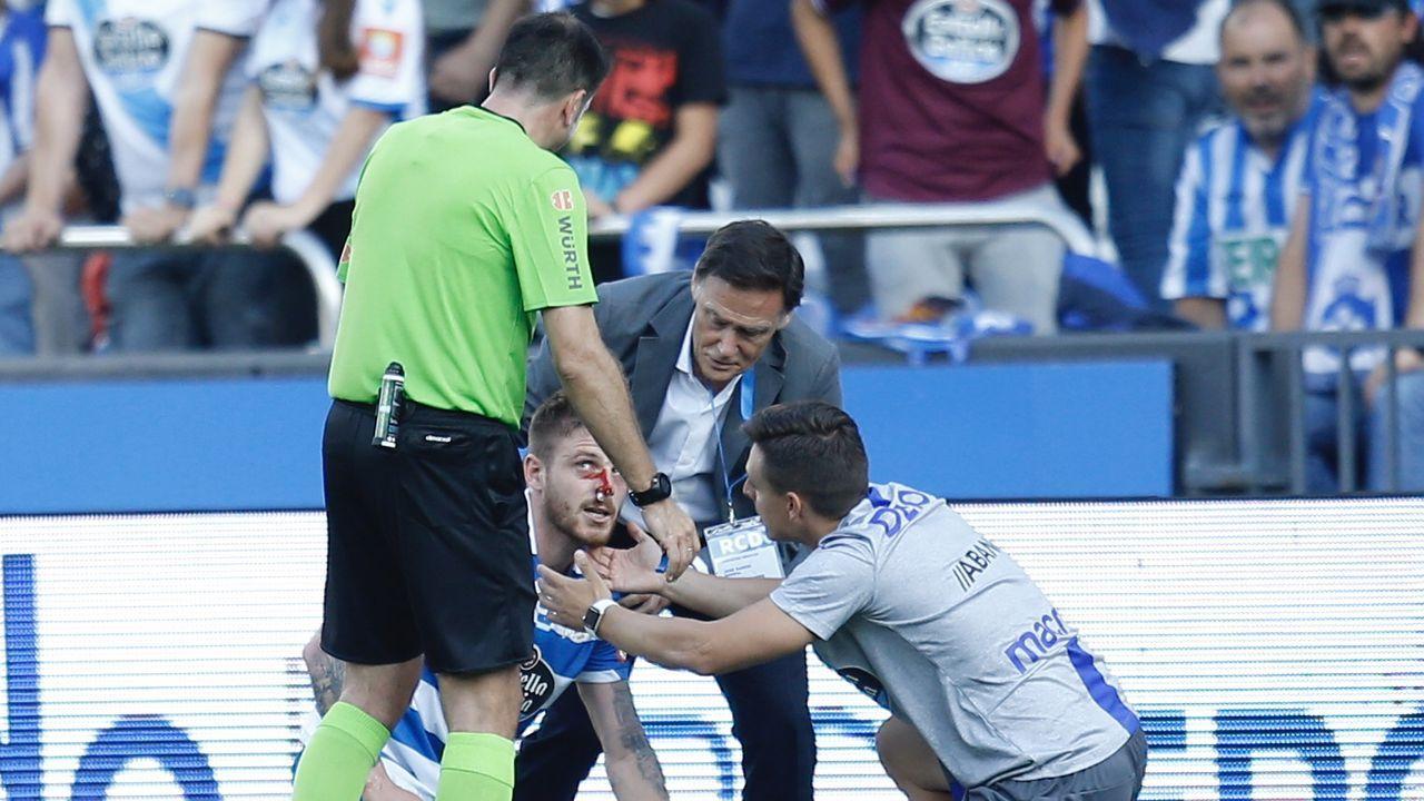 Deportivo Real Oviedo Riazor gol Obeng.El trío arbitral del Deportivo-Real Oviedo pasa al lado de la pantalla del VAR
