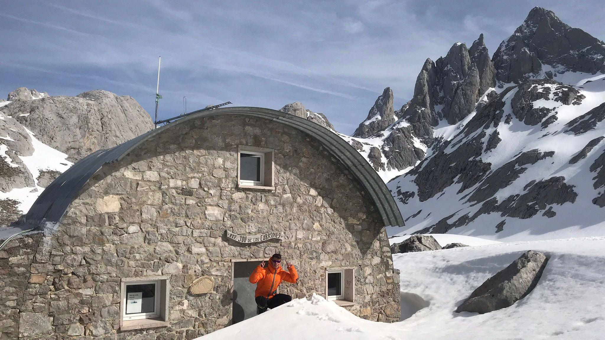 Jorge González a las puertas del refugio Jou de los Cabrones