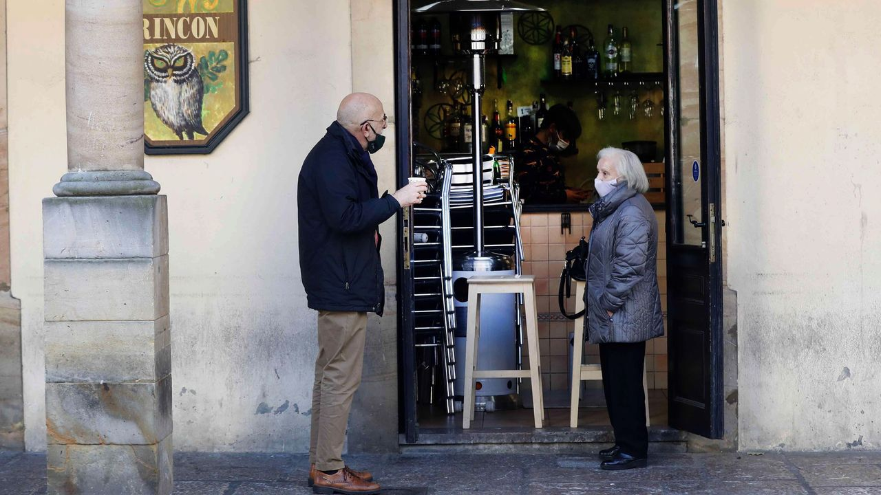 Poio Pescamar y Melillan dieron un recital de fútbol en A Seca.Un grupo de personas esperan en el exterior de local de hostelería para ser atendidos en Oviedo