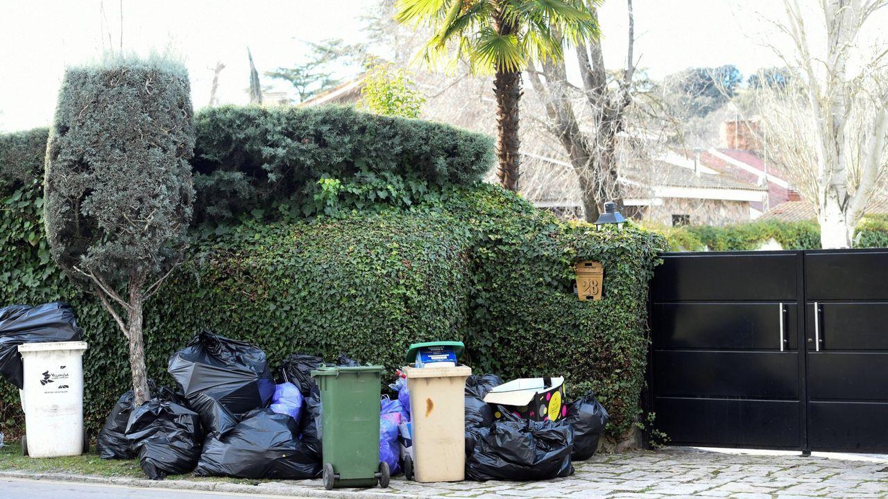 Basura en las inmediaciones del chalé de Leticia Sabater donde se detectó hace días una de estas fiestas ilegales