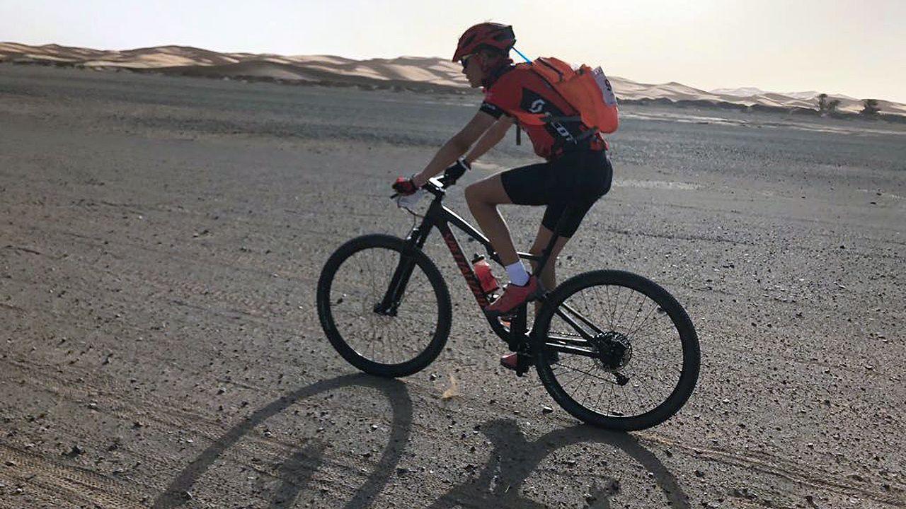 un alumno en un aula, clase, vacía.Pablo Antuña cruza el desierto de Marruecos, sobre su bicileta
