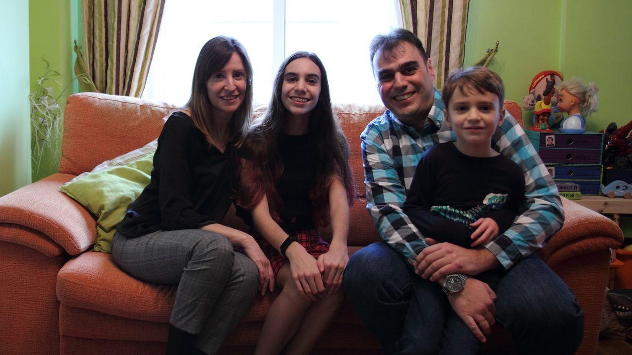 Estela Brañas y David Vázquez,  con sus hijos Leire y Adrián, en el dúplex que pondrán a la venta cuando les construyan la casa unifamiliar en la que quieren vivir