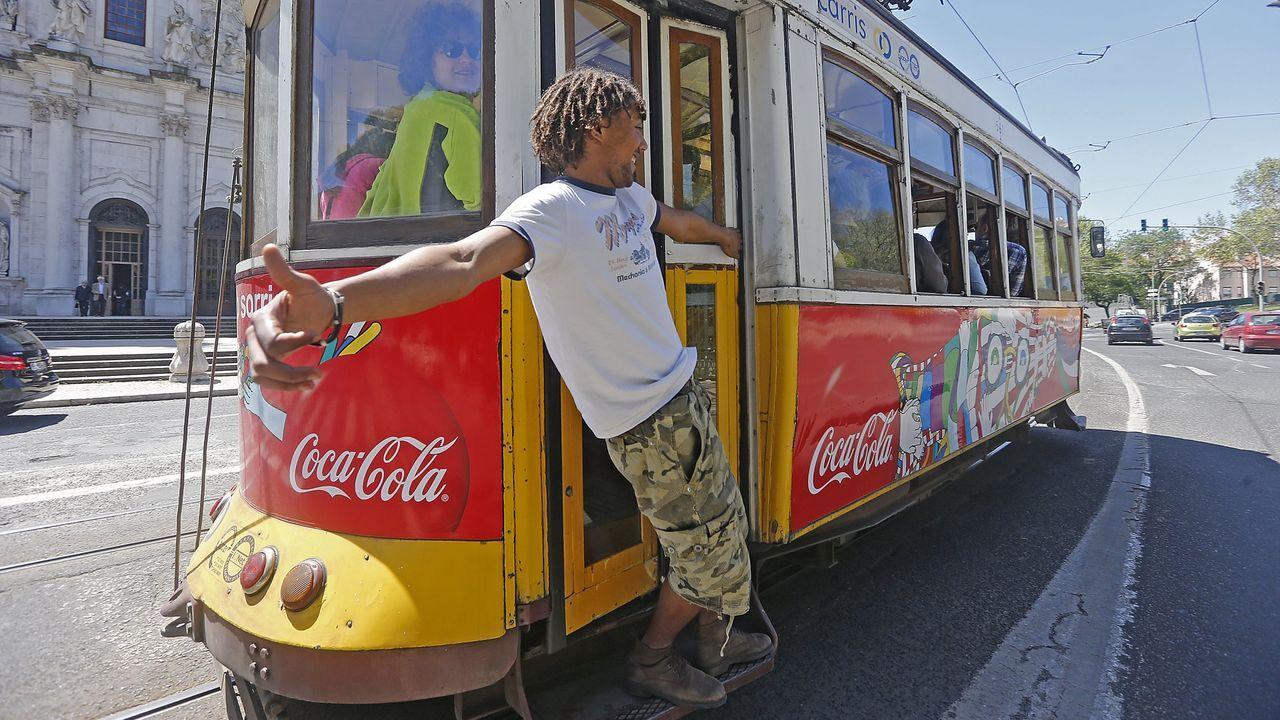 Un joven viaja en un tranvía de Lisboa