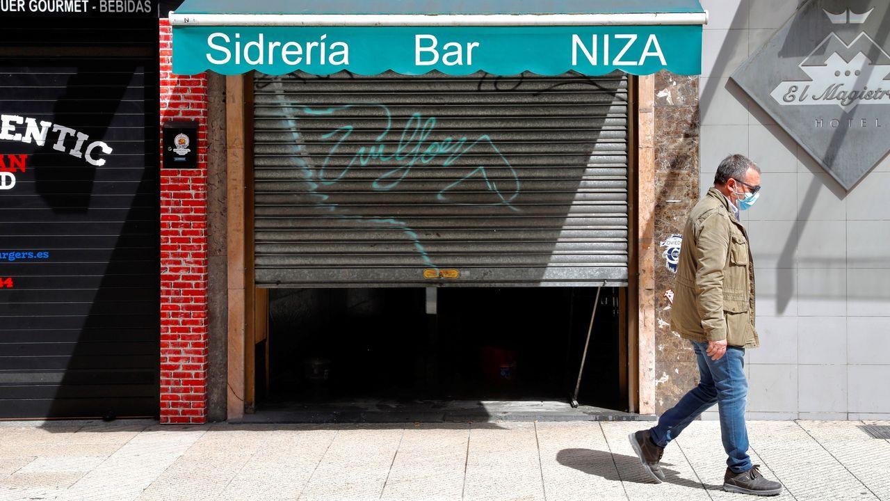 Un hombre pasea este lunes por una céntrica calle de Oviedo.