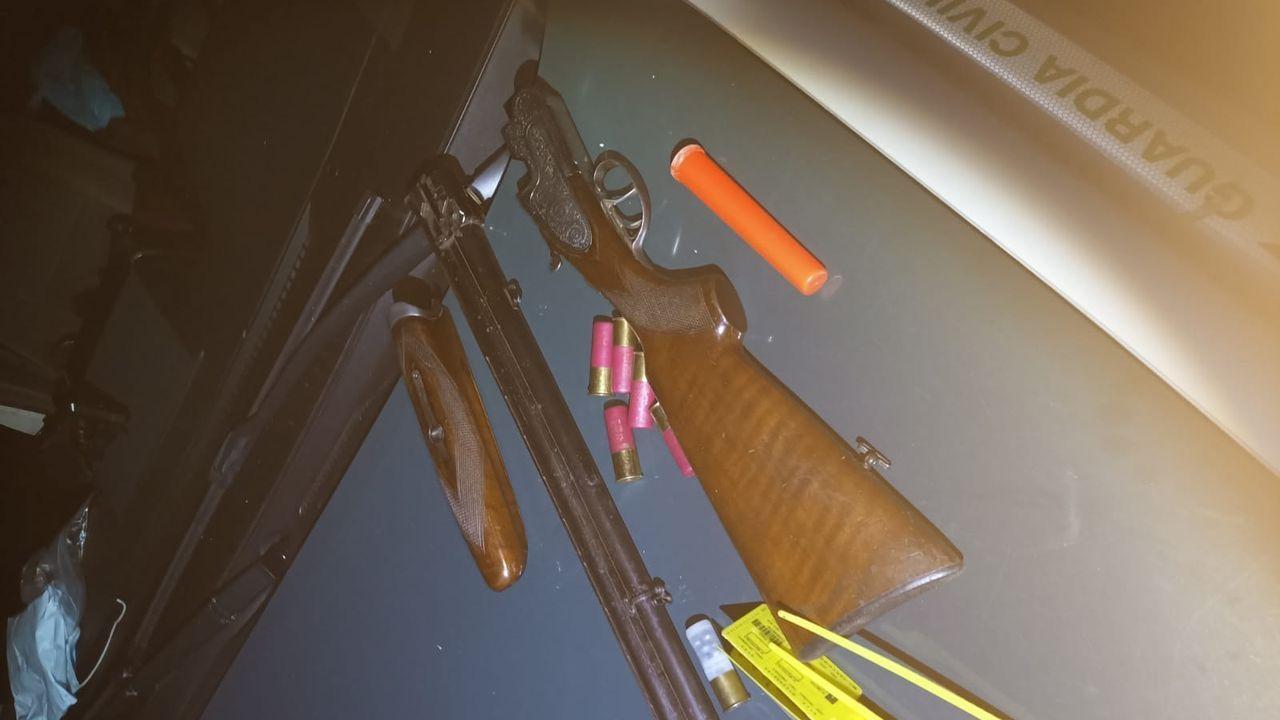 La escopeta estaba desenfundada y desmontada dentro del coche