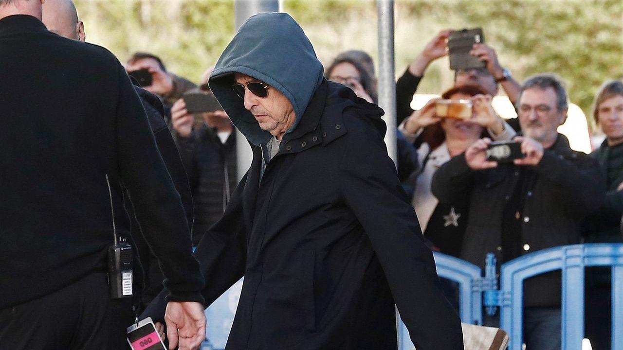 Dylan sale de un autobús antes de su concierto en Pamplona