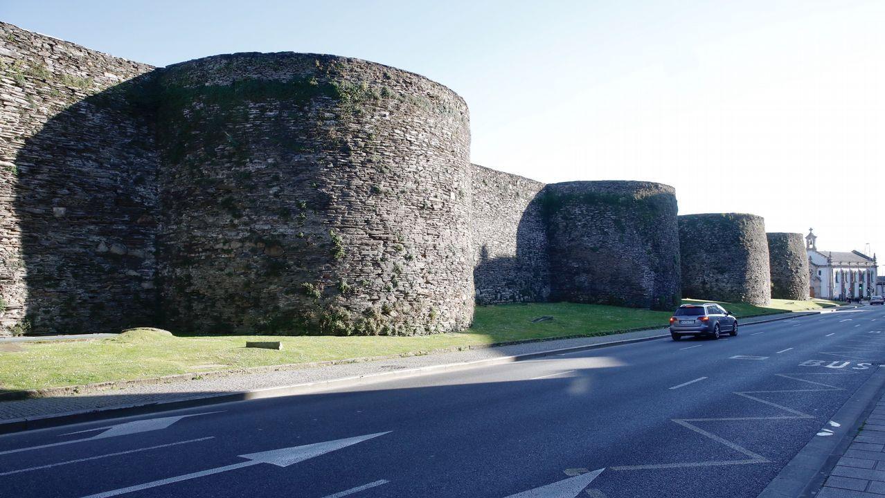 Así quedó el coche tras chocar en la Ronda da Muralla.Infografía de cómo quedará la reforma del 134 de la Ronda da Muralla de Lugo