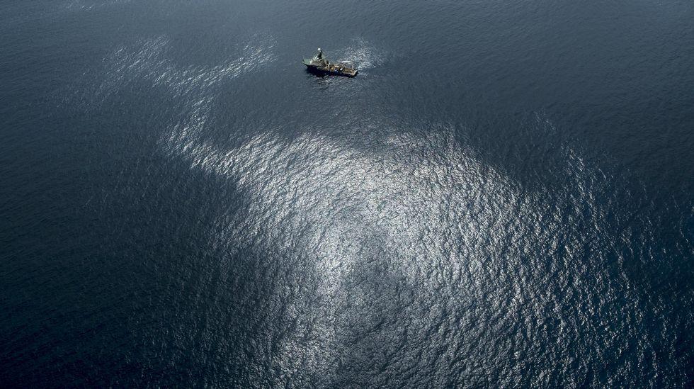 Nueve desaparecidos en el derrumbe de un edificio en Tenerife.Fotografía facilitada por Greenpeace del vertido de fuel del pesquero ruso Oleg Naydenov, localizado a 2.700 metros de profundidad y a 15 millas (24 kilómetros) del sur de Gran Canaria