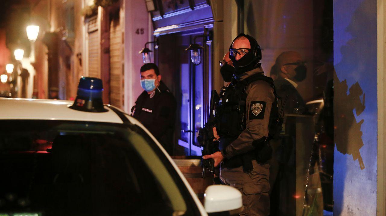 Un policía vigila el tribunal donde declararon los últimos dos detenidos por la muerte de Caruana