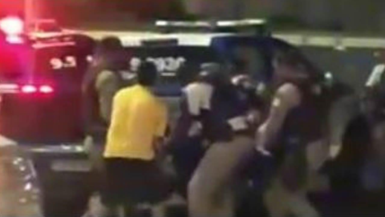 En la captura de vídeo, varios policías conducen a Marcio Pérez desde el coche en el que lo abatieron a otro vehículo