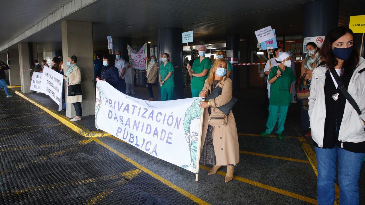 Concentración de trabajadores sanitarios, este miércoles, en el Hospital Montecelo de Pontevedra