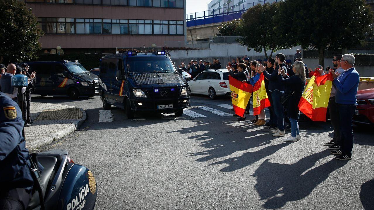 Policías de la UIP de A Coruña fueron recibidos por más de 200 personas.Montaje a partir de una foto de Matthias Rietschel (Reuters)