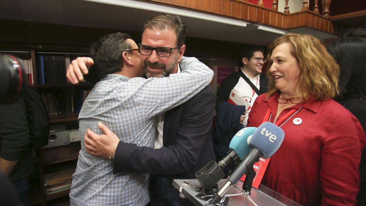 Estado en el que se encuentra la placa que recuerda a las mujeres fusiladas por el franquismo en Gijón, con la tierra removida en su base.Felicitaciones a Ángel Mato, el candidato del PSOE en Ferrol