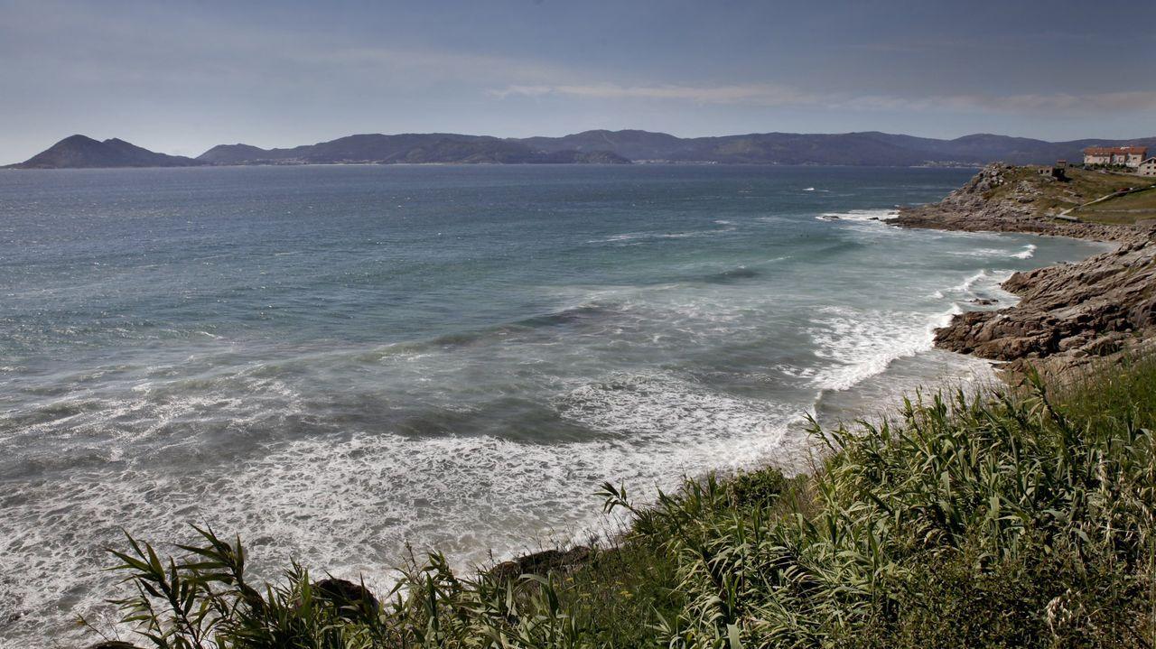 El mar se lleva por delante coches aparcados en el dique de abrigo de A Coruña.El Albacora Seis, en una imagen de archivo del Ministerio de Agricultura, Pesca y Alimentación