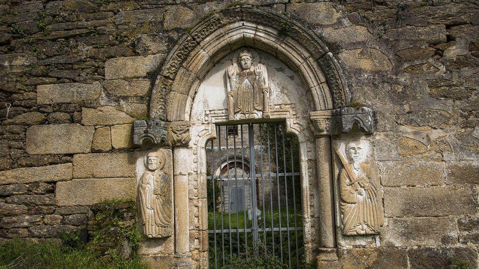 Una puerta del antiguo monasterio de San Paio