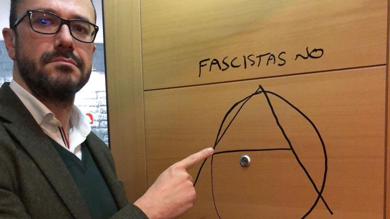 Ignacio Blanco, candidato a las elecciones autonómicas por Vox, mostrando la pintada en la puerta de su despacho