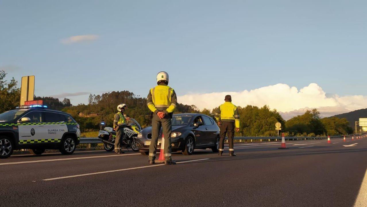 Heridos en Baralla tras salirse de la vía con el vehículo en el que viajaban.Control de la Guardia Civil en una carretera de la provincia de Pontevedra