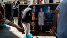 Un grupo de radicales prende fuego a una foto de la familia real