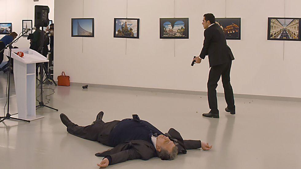 Asesinan a tiros al embajador ruso en Turquía al grito de «venganza por Alepo».Peskov
