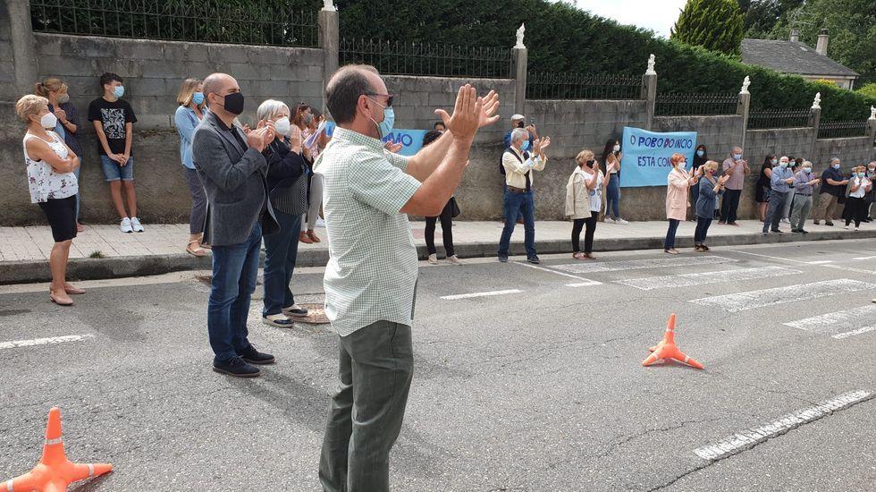 Un grupo de vecinos aplauden a los mayores y a los trabajadores frente a la residencia, en un homenaje que se celebró el 19 de septiembre