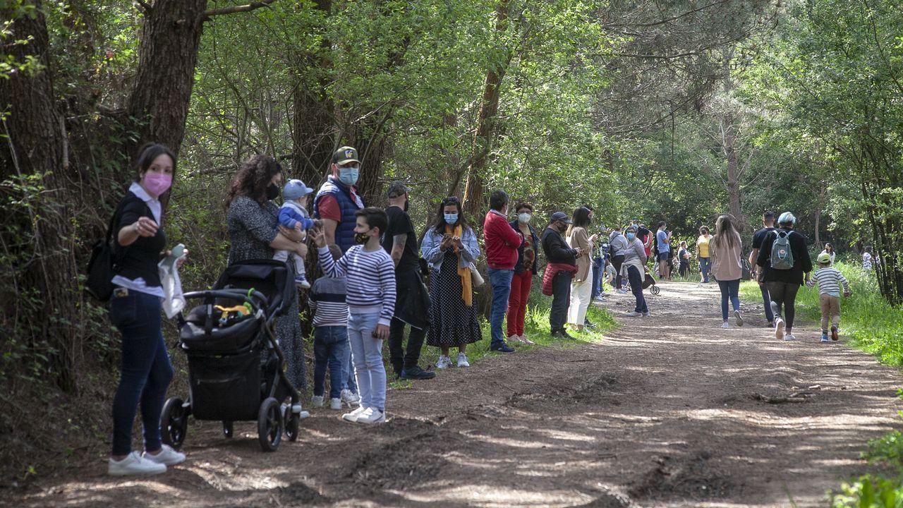 Cadena humana en Corrubedo para protestar por el nuevo plan de usos del parque natural.En el hospital de Barbanza se comenzó a vacunar ayer a las personas de 70 a 74 años, y se continuó con la inmunización de los mayores de 75
