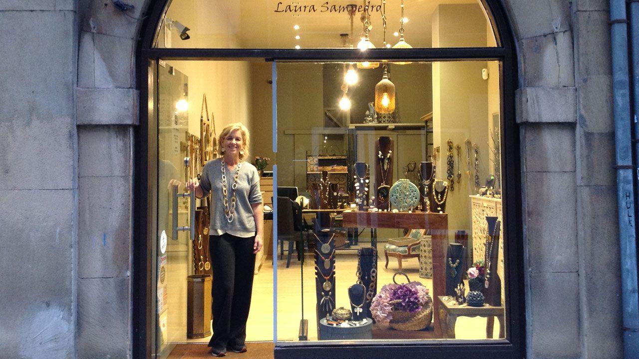 Laura Sampedro, junto al escaparate de su establecimiento