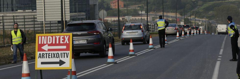 Un vehículo policial de Cee se niega a pagar el peaje en la AG-55.Los trabajadores de Inditex accedieron directamente a la sede central sin necesidad de dar la vuelta en la rotonda de la ITV.