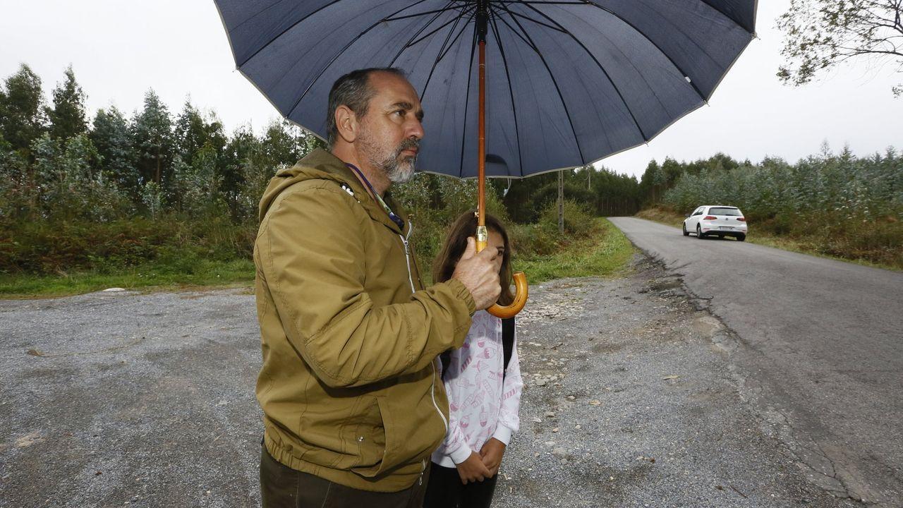 Protesta con cascos en Sarria .Miguel Fernández lleva meses denunciando que la parada de bus escolar que han asignado a su hija es muy peligrosa