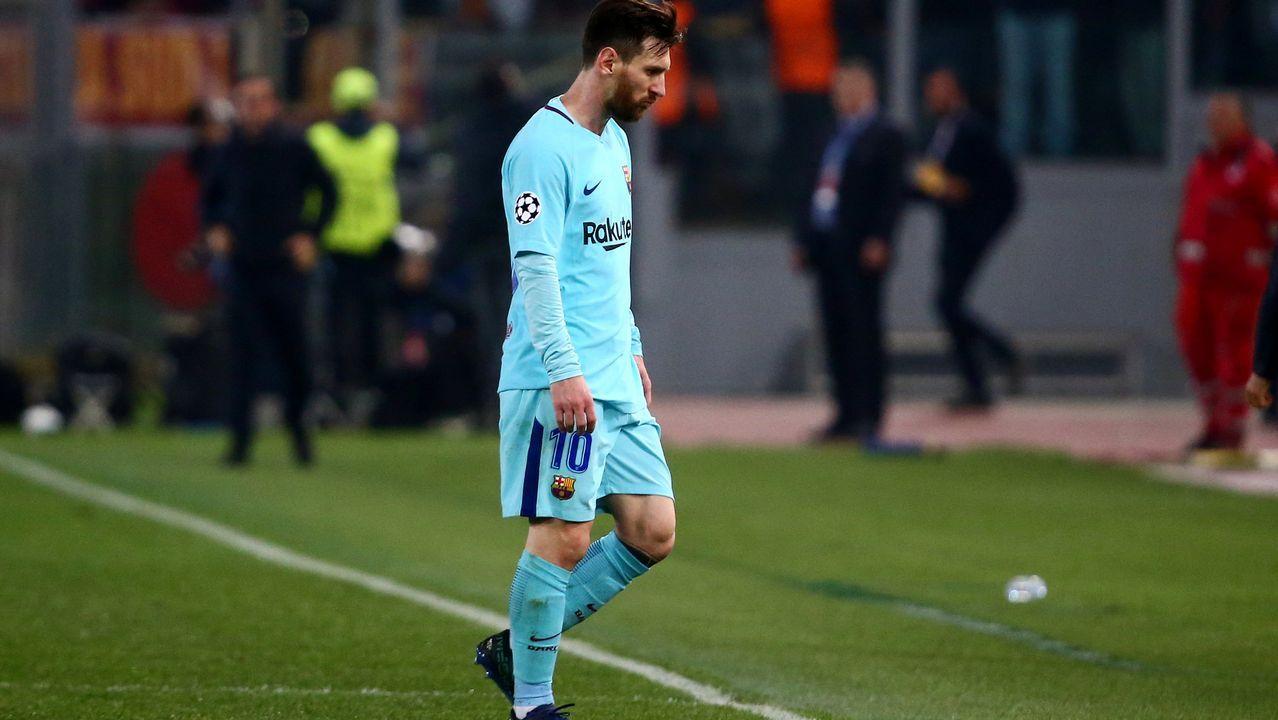 Emocionado adiós de Iniesta al Barça.Iniesta aplaude en Riazor en el partido del 2011, el primero tras el gol del Mundial.