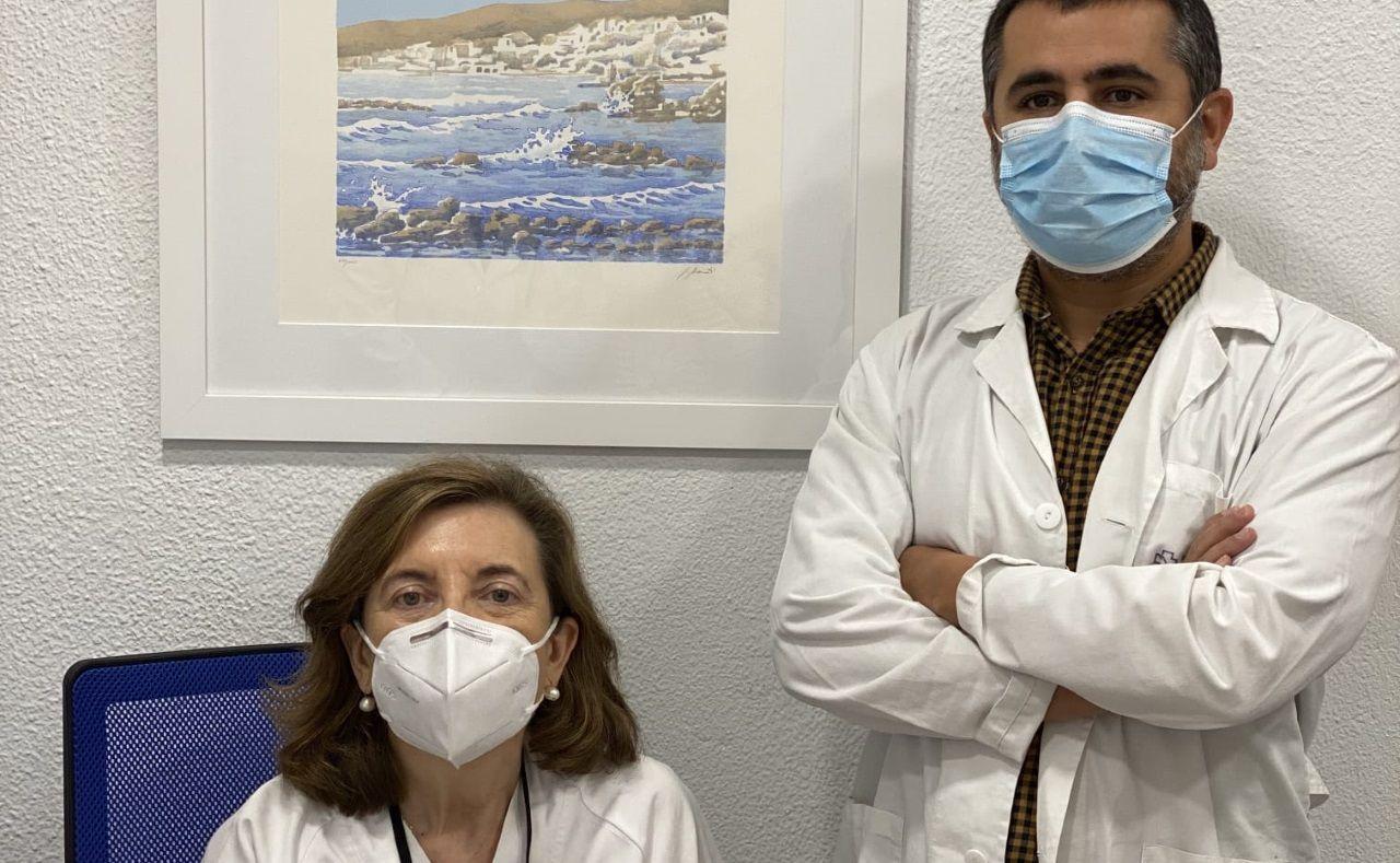 La cardióloga Marisa Crespo e Ignacio Constanso-Conde, bioquímico y facultativo de análisis clínicos, ambos del Chuac, autores de la investigación sobre marcadores de rechazo en trasplante cardíaco