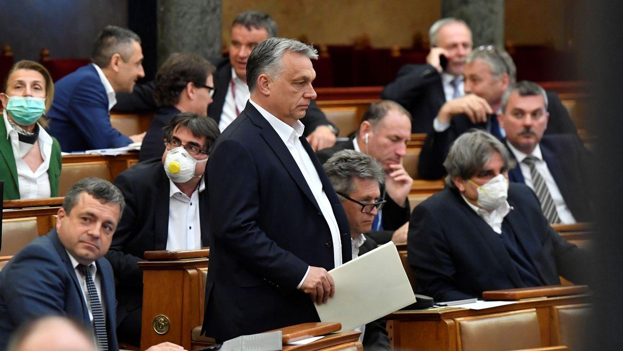 Víktor Orbán se dirige al estrado del Parlamento para defender su ley de emergencia