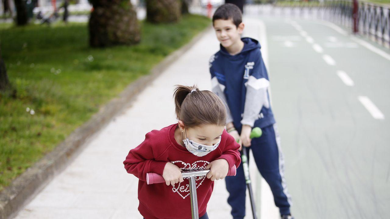 Muchos niños, como estos dos vigueses, han elegido salir a la calle con sus patinetes