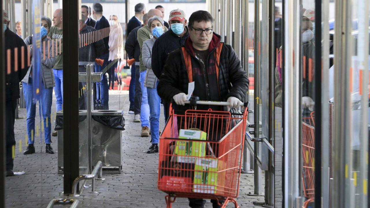Colas de supermercado en Lugo durante el pasado mes de abril