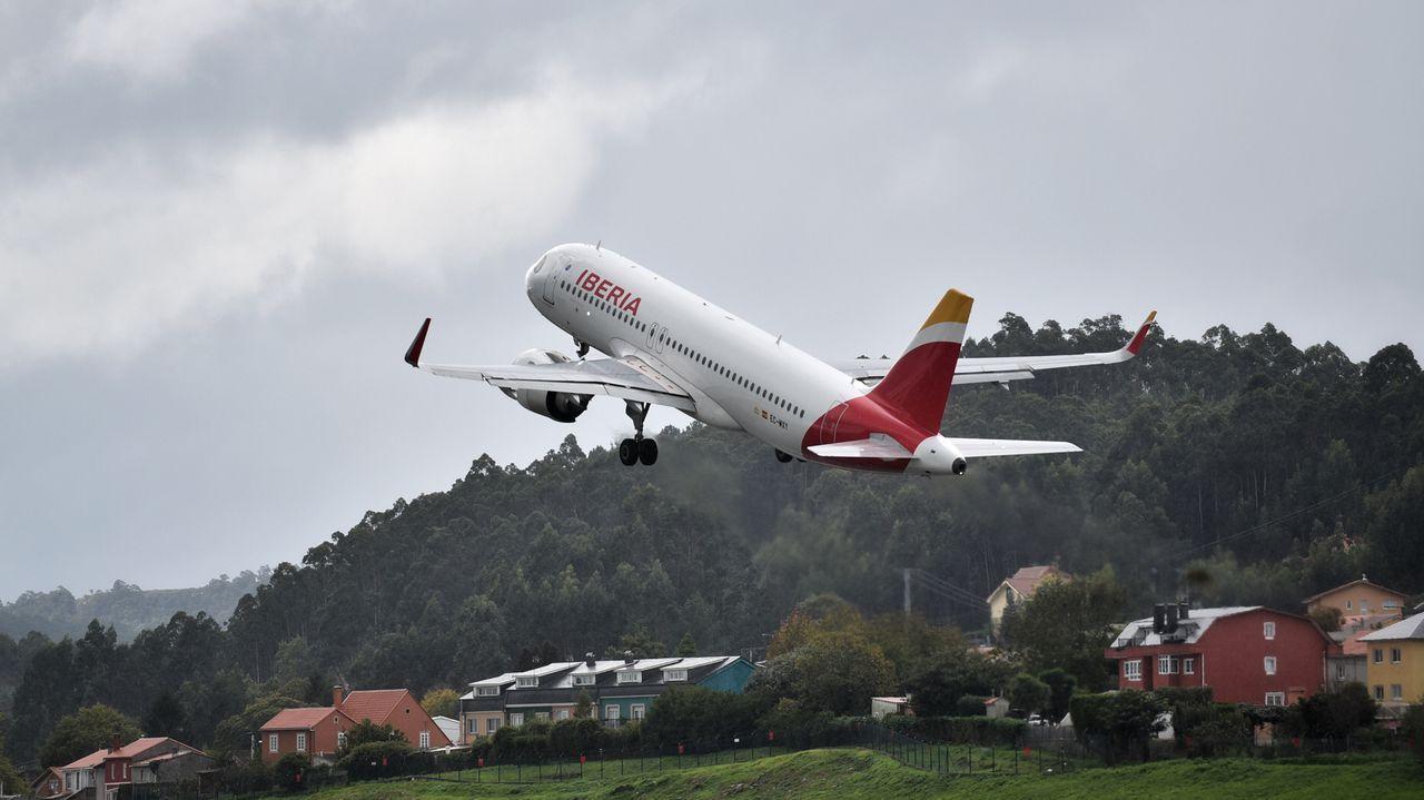 Avión de Iberia despegando en el aeropuerto de Alvedro