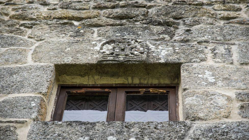 Un escudo de armas sobre una ventana de la torre