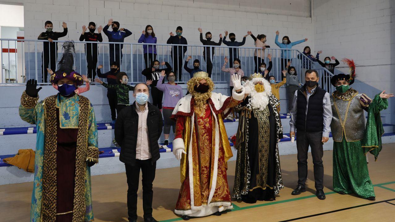 Jácome acompañó a los Reyes Magos en su visita al CEIP Mestre Vide
