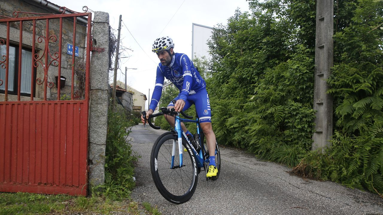 Así es la trampa para ciclistas instalada en el monte de A Cidade en Ribeira.José Araújo, con Edmundo Bal
