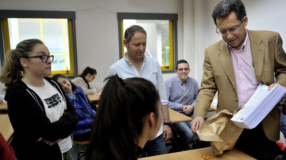 José Manuel Santos, presidente de la comisión delegada con sede en Caminos (UDC), abre el paquete que contiene los exámenes ante los alumnos, en una imagen de archivo de junio del 2018