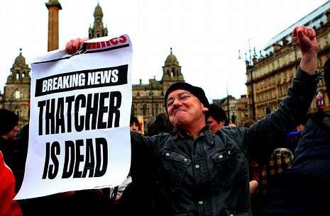 Protesta antiThatcher.Un escocés forma parte de un grupo que celebra en Glasgow la muerte de Thachter.