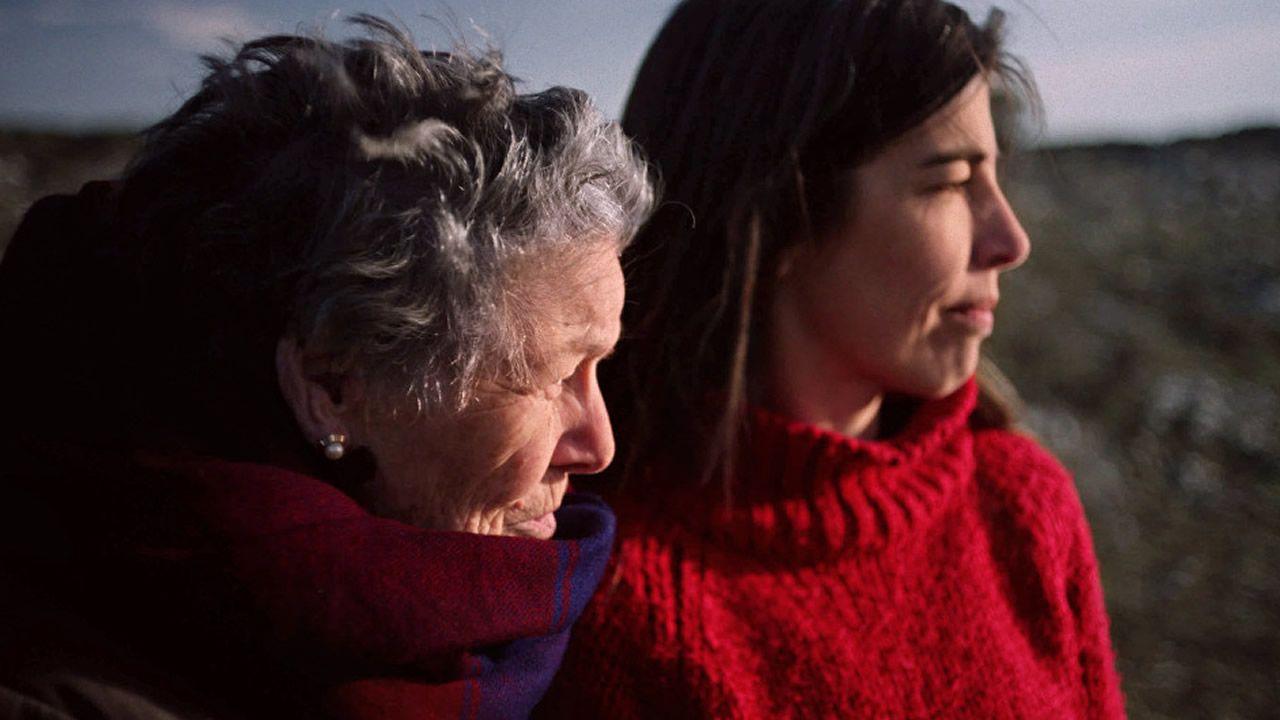 Concha Canal (izquierda) y Mónica García, en una escena de «Con el viento»