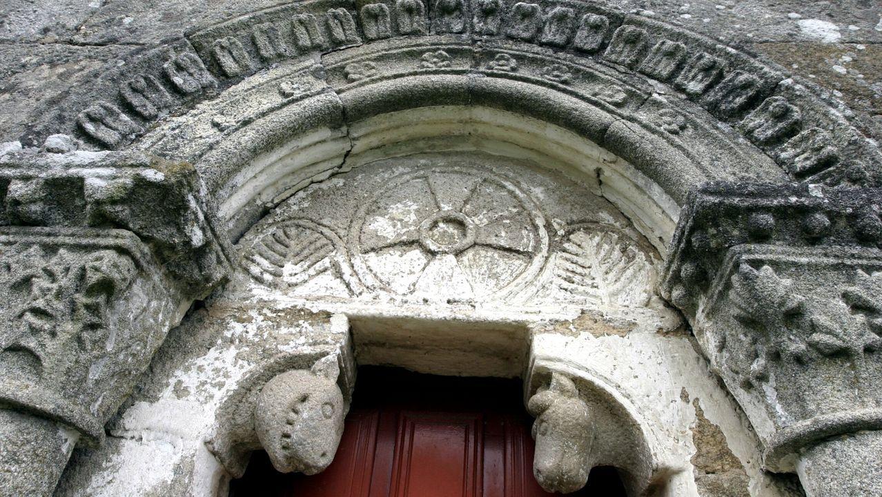 Un paseo visual por el camino de Souto a Cabo de Vila.Decoración románica en una puerta de la iglesia de Nogueira de Miño, en Chantada