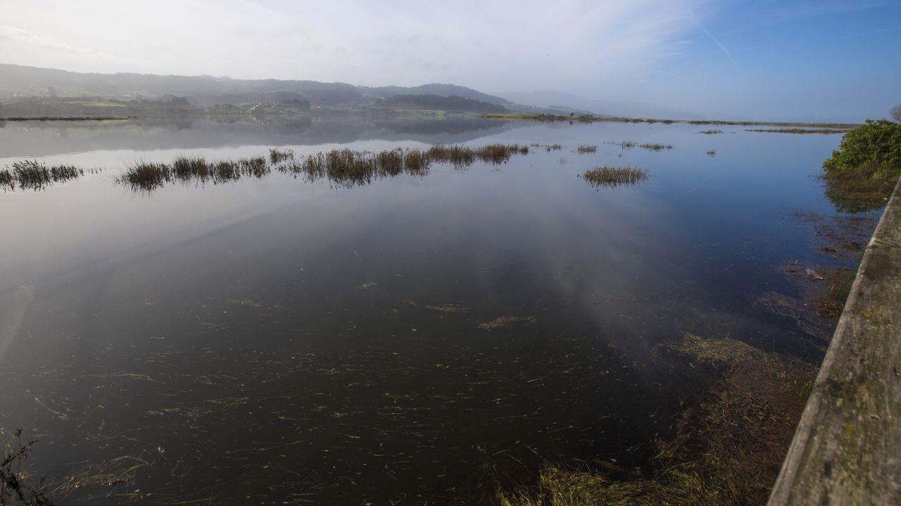 Más de una semana incomunicados por el desbordamiento de la laguna de Baldaio.Impresionante oleaje en Baladio.