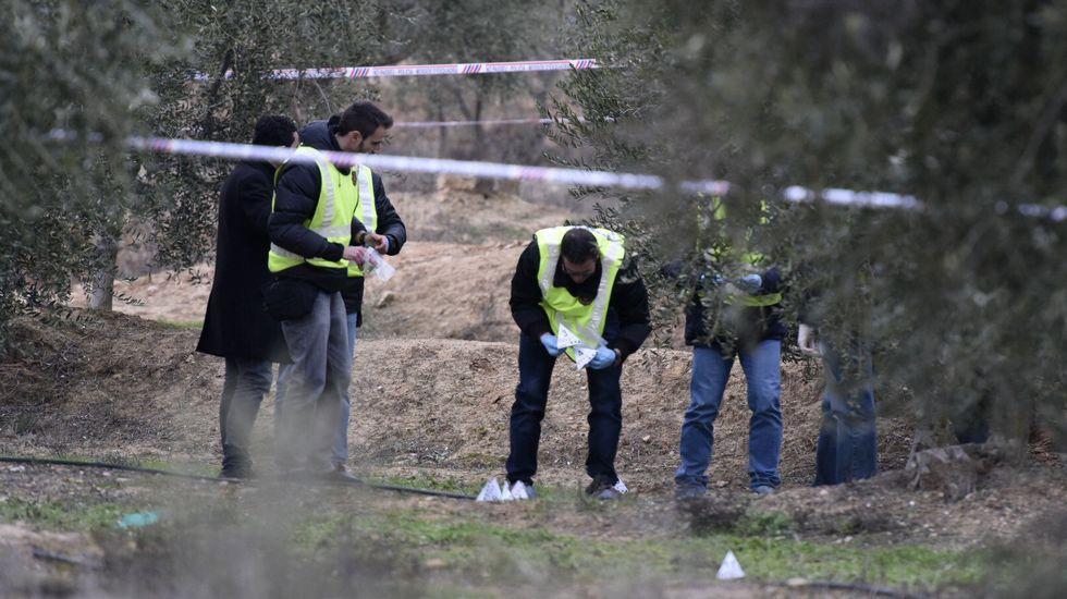 Un cazador mata a tiros a dos agentes forestales de la Generalitat en un control.Concentración de los guardas por el asesinato de dos compañeros en Lérida