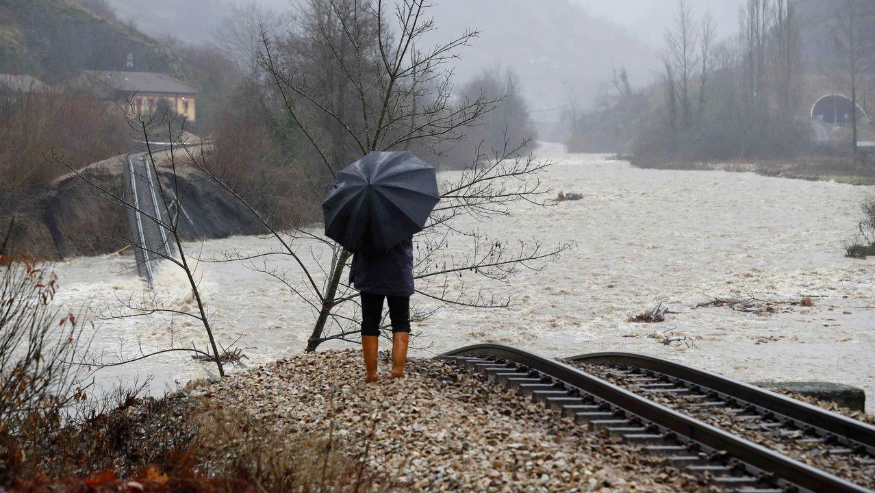 Así han quedado las infraestructuras ferroviarias.Aspecto que presenta una pasarela peatonal sobre el río Aller a causa del temporal de lluvias registrado en los últimos días en Asturias