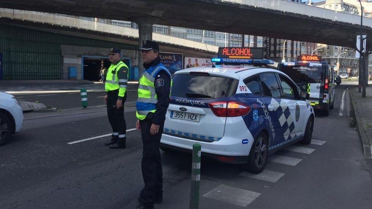 Control conjunto de Policía Local y Guardia Civil de Tráfico este jueves en una avenida de la ciudad de A Coruña
