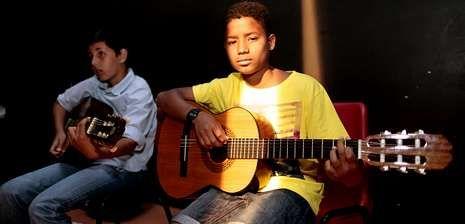 Dos de los 47 alumnos de la Escola Municipal de Música de Laxe, sobre el escenario.