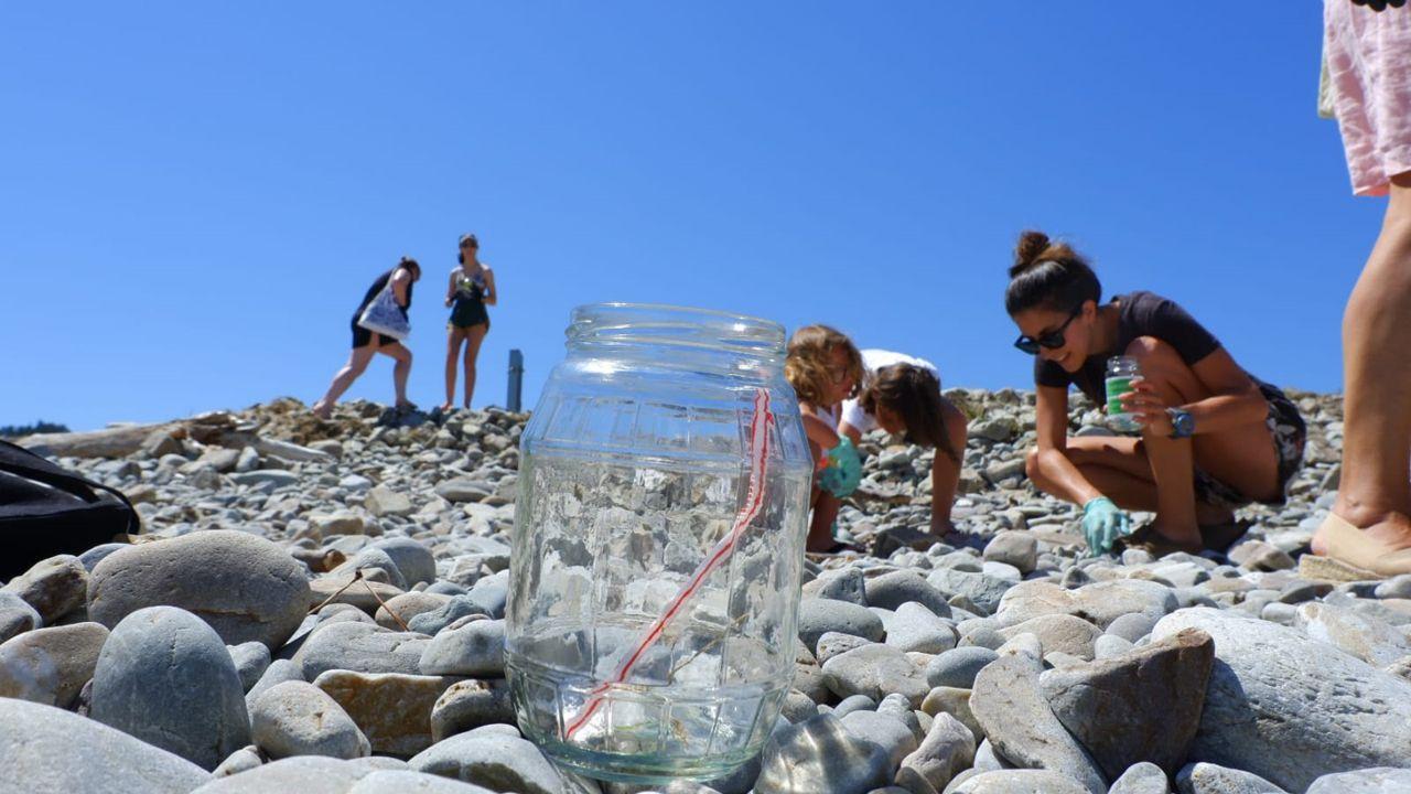 Algunos momentos de la recogida de basura en la playa San Pedro de la Ribera, con el doctor Leo Perrone