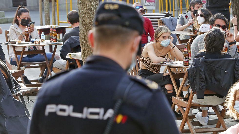 La policía controla las terrazas.Ambiente de domingo en la ciudad de Pontevedra