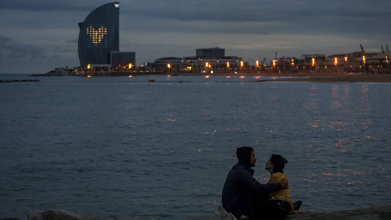El hotel W, de 100 metros de altura y su privilegiada ubicación en la playa de la Barceloneta, en una fotografía tomada durante el atardecer del pasado 14 de mayo
